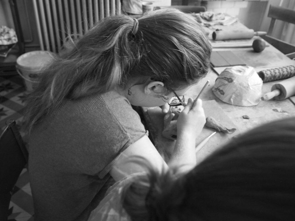 Petite fille façonnant la céramique. Formation technique céramique.