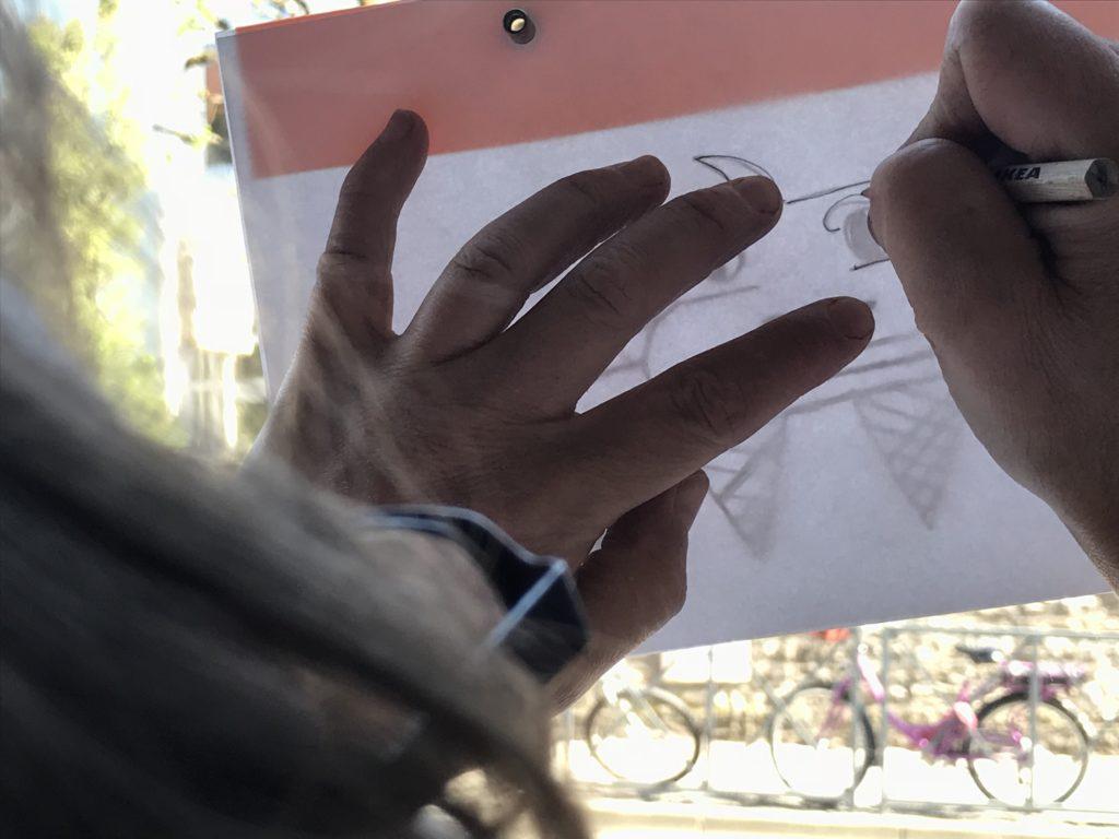 Développer sa créativité. Deux main, un crayon et une feuille à dessin.